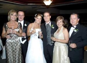 <u><b> 20 de Junio </u> </b><p>    Srita Regina Setién de Valenzuela y Sr. Iván Gutiérrez de Anda el día de su boda acompañados de sus padres.