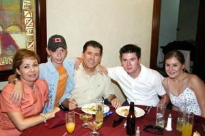 Juan Barrio con Laura G. de Barrio así como Juan, Any y Alex.