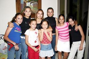 Alicia Guerrero González acompañada de sus familiares y amigas, en pasado acontecimiento social.
