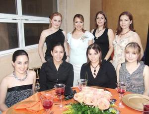 Laura Cristina acompañada por un algunas asistentes a su despedida.