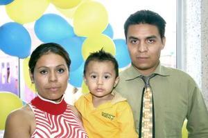 Christian Hassam Díaz Mena acompañado de sus papás Elizabeth Mena y César Díaz Chávez en su fiesta de cumpleaños