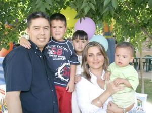 Diego Mendoza García Mora disfrutó de una divertida fista de cumpleaños junto a sus papás y sus hermanos