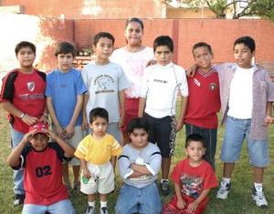 Eduardo Ledesma Duarte acompañado de sus amigos en su fiesta de cumpleaños.