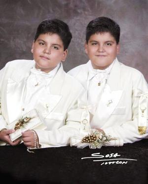 Luis Gerardo y Édgar Gerardo Sánchez Salazar recibieron la Sagrada Eucaristía el 20 de junio de 2004