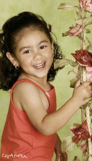 Niña Carmen Hanan Jaik Rodríguez en una fotografía de estudio con motivo de sus tres años de vida, es hija de los señores Lic. Mauricio Jaik López y Lic. Maricarmen Rodríguez de Jaik.