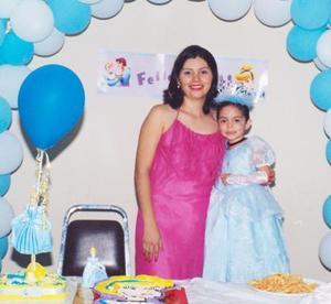 Marcela Guzmán Gutiérrez con su pequeña hija Estefany, el día que la festejó por su tercer cumpleaños