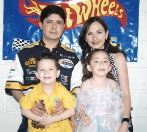<u><b> 23 de Junio </u> </b><p>   Valeria y Heriberto Caballero Ochoa acompañados de sus papás, Cristina Ochoa de Caballero y José Andrés Caballero.