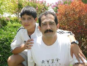 Alejandro Fernández Ramírez con su hijo Andrés.