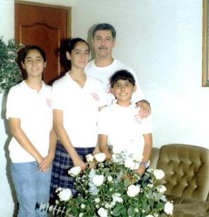 Carlos Flores Chibli con sus hijos Patty, Karla y Stephanie Flores González