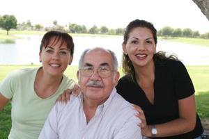Jaime Blázquez con sus hijas Adriana y Lorena.