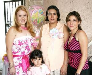 Mónica de Castañeda con las organizadoras de su fiesta de regalos Sandra Guzmán y Alejandra Castañeda.