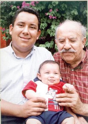 Sr. Heriberto Gutiérrez Alveartt con su hijo Heriberto Gutiérrez Valdivia y su nieto Heriberto Gutiérrez Trasfí en el festejo que le ofrecieron pos su setenta años de vida.