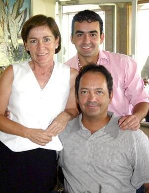 César Olvera Urias, con su esposa Susana Gutiérrez de Olvera y su hijo César