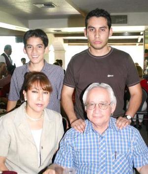 Enrique B. Olloqui en compañía de Leticia, Alan y Emilio Olloqui.