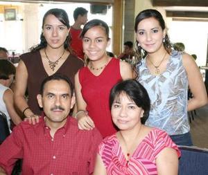 Gerardo de la Garza con Sara de De la Garza y sus hijas Carolina, Ana Paola y Cynthia.