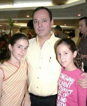 Raymundo Miranda con sus hijas Ale y Pau Miranda.