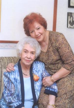 <u><b> 22 de Junio </u> </b><p>   Señora Rosa María S. de Palafox cumplió 83 años y su hija Lucero Palafox