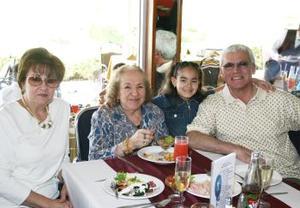 Apolo Flores, Alicia de Flores, Cointa de Flores y Vanessa Flores Fernández.