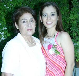 Ana Laura Echaverría Martínez acompañada de su mamá Eva Martínez de Echaverría en su despedida de soltera
