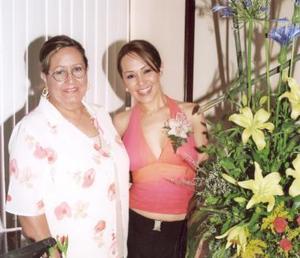 La Festejada junto a su mamá Martha Nelly Enríquez de González.