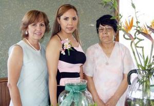 Cristy de León Serna con las anfitrionas de su primera despedida de soltera, Rosario de De León y Tana de Valverde.