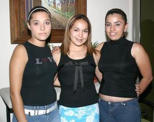 Alicia Guerrero González acompañada por sus amigos en la fiesta de despedida que le ofrecieron por su viaje de estudios a Argentina.