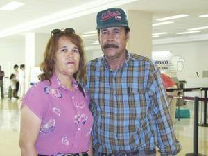 María Ulloa viajó a San José California y fue despediad por José Ángel Ríos.