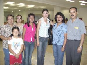 Alejandro, Rosa, Evely y Aracely Elizondo viajaron a Los Ángeles, E.U., fueron despedidos por Mary, Conny y Denis