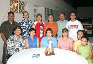 Imelda Leyva Rodríguez acompañada de sus compañeros  de trabajo, en el convivio que le ofrecieron por su jubilación