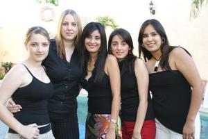 Lissette Díaz Moreno disfrutó de una despedida de soltera con motivo de su próxima boda con Carlos Leal Ancira.  La acompaña un grupo de amigas