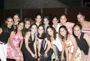 Mary Gaby Gómez Martínez en compañía de sus amigas, en la fiesta de cumpleaños que le organizaron en días pasados