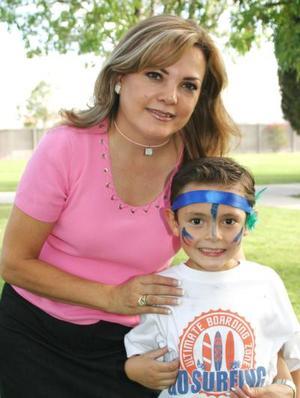 Gabriel Eduardo Quintero Casanoca, acompañado de su mamá Eva Casanova de Quintero, en el festejo que le ofreció por su cumpleaños en días pasados