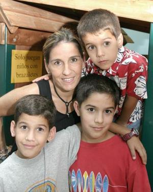 Luis Medrano Diez con su mamá Paulina Diez de Medrano y sus hermanos Diego y Andrés, en su fiesta de cumpleaños.