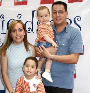 Édgar Picaso Mireles con sus papás Édgar Picasso y Tonie de Picasso y de su hermanito.