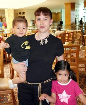 Proveniente de León, Guanajuato, se encuentra en esta ciudad Elsa Alba de Moya con sus niños Elsa y Mario