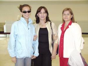 Guadalupe Estrada viajó a Ixtapa y fue despedida por Teresa  y Karla Hernández.