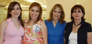 Érika Gonzalezrubio de Barbosa, acompañada de algunas asistentes a su fiesta de regalos.