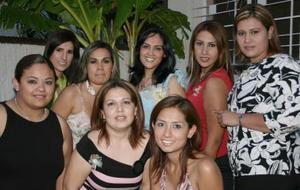 Volga Berenice Rosales Ortiz en compañía de sus amigas, en su despedida de soltera.