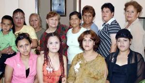 Rosa María Goreman, en compañía de un grupo de asistentes a su  fiesta de regalos.