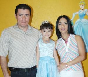 Trisha Lee Betancourt acompañada de sus papás, Javier Lee Chibli y Rocío Betancourt de Lee, en su fiesta de cumpleaños.
