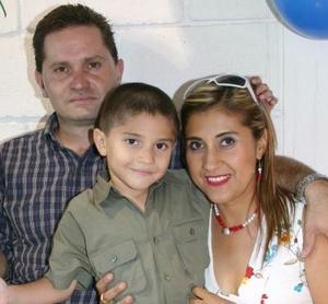 Lauis Gustavo Sánchez Banda en compañía de sus papás, Luis Sánchez Díaz y Laura Banda de Sánchez, en la fiesta de cumpleaños que le organizaron.