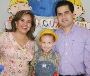 Johan Valles Narváez acompañado de sus papás, Javier Valles Barajas y Gabriela Hernández de Valles, en su fiesta de cumpleaños.