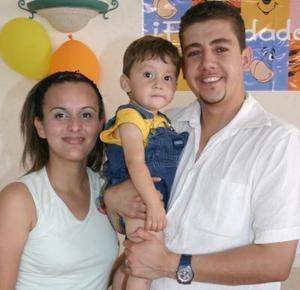 Druzzo Isaac Casale García con sus papás, Druzzo Casale Frausto y Adriana García Soto, en su fiesta de cumpleaños.