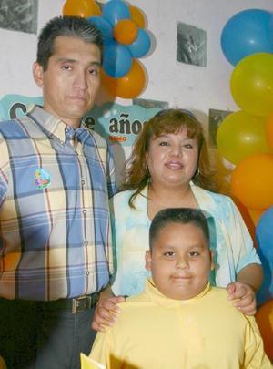 Jaime Humberto Hernández Aguilar acompañado de sus papás, Isabel de Hernández y Aquilino Hernández, en su fiesta de cumpleaños.
