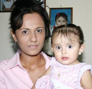 Lilia Gabriela Ruiz Rodríguez acompañada de su mamá, Olga Patricia Rodríguez, en su fiesta de cumpleaños.