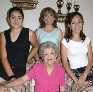 María Elena Cháirez de González en ssu merienda de cumpleaños acompañada de asistentes.
