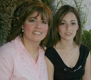 Marcela Borrego de Diez en compañía de Samantha Diez Borrego, en su cumpleaños.