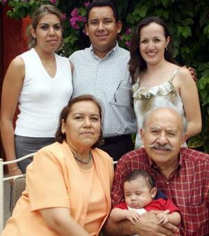 Heriberto Gutiérrez Alveratt festejó 75 aniversario de vida, con una agradable reunión ofrecida por su esposa MAría de Jesús Valdivia de Gutiérrez, hijos y nietos.