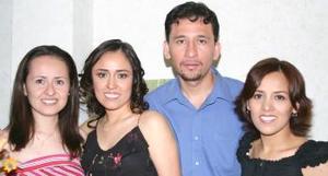 <u><b> 25 de Junio </u> </b><p>  Claudia Miriam Hernández Ruiz y Amador Aguilera Silos, captados en la despedida de solteros que le ofreció la familia Hernández Ruiz.