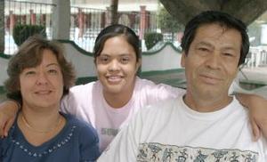 Elen Urbina de Barrientos, Isabel Barrientos Urbina y Rodolfo Barrientos.